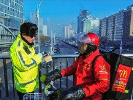罚单已经准备就绪 骑车走过街天桥违法