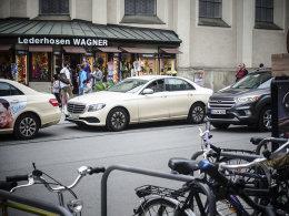 把手从裤兜拿出来 在慕尼黑街头拍拍车
