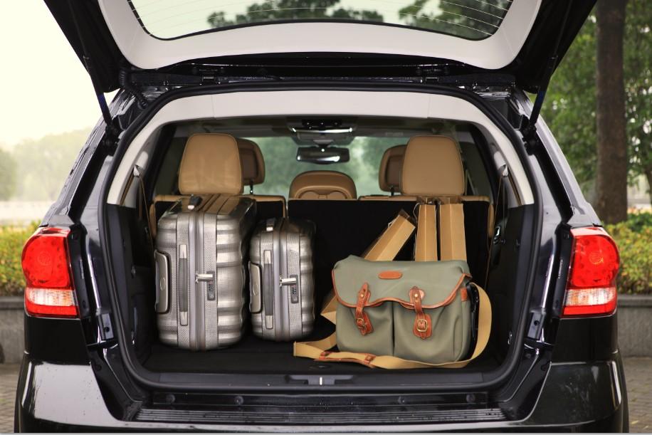 福特-F450,延续了福特皮卡传统风格,线条硬朗;搭载6.7L柴油双涡轮发动机,动力强劲;更重要的是其拥有的多功能性是普通皮卡无可比拟的。但车主想要车辆性能与功能更为全面,顶火为其量身定制底盘10英寸举升,并搭载后舱实用房车,让越野与生活完美结合。  为了让车辆性能与通过性更进一步,顶火选用FABTECH 10英寸升高套件,前悬挂采用加强四支臂结构,固定在变速箱托架与差速器之间,形成稳定的支撑,超高的结构与强度足以抵御任何来自路面的冲击。 搭配DIRTLOGIC绞牙减震与加强转减,为巨大的车身提供更为优